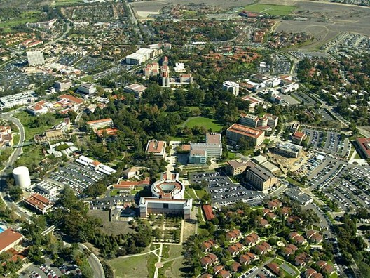 University of California, Irvine Campus, at the center of Pereira's planned development at Irvine. Image © <a href='https://commons.wikimedia.org/wiki/File:Campus_of_the_University_of_California,_Irvine_(aerial_view,_circa_2006).jpg'>Wikimedia user Poppashoppa22</a> licensed under <a href='https://creativecommons.org/licenses/by-sa/3.0/deed.en'>CC BY-SA 3.0</a>