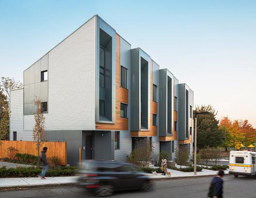 E+ Highland Street Townhouses / Interface Studio Architects e Urbanica Design. Imagem © Sam Oberter