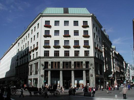 """Goldman & Salatsch Building, de Adolf Loos, fianlizado em 1912.Loos escreveu uma vez que """"o sinal de que um edifício surge de uma sensação genuína para a arquitetura é que ele não traz nenhuma impressão como uma representação bidimensional"""". Image © Alexander Mayrhofer via Wikimedia Commons"""