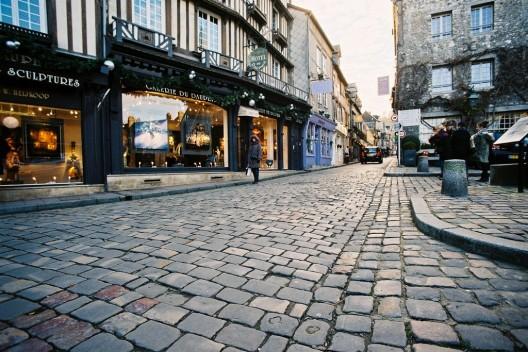 Cuatro ideas para que las calles sean lugares para reconstruir las comunidades, Honfleur, Francia. Image © FranekN, vía Flickr.