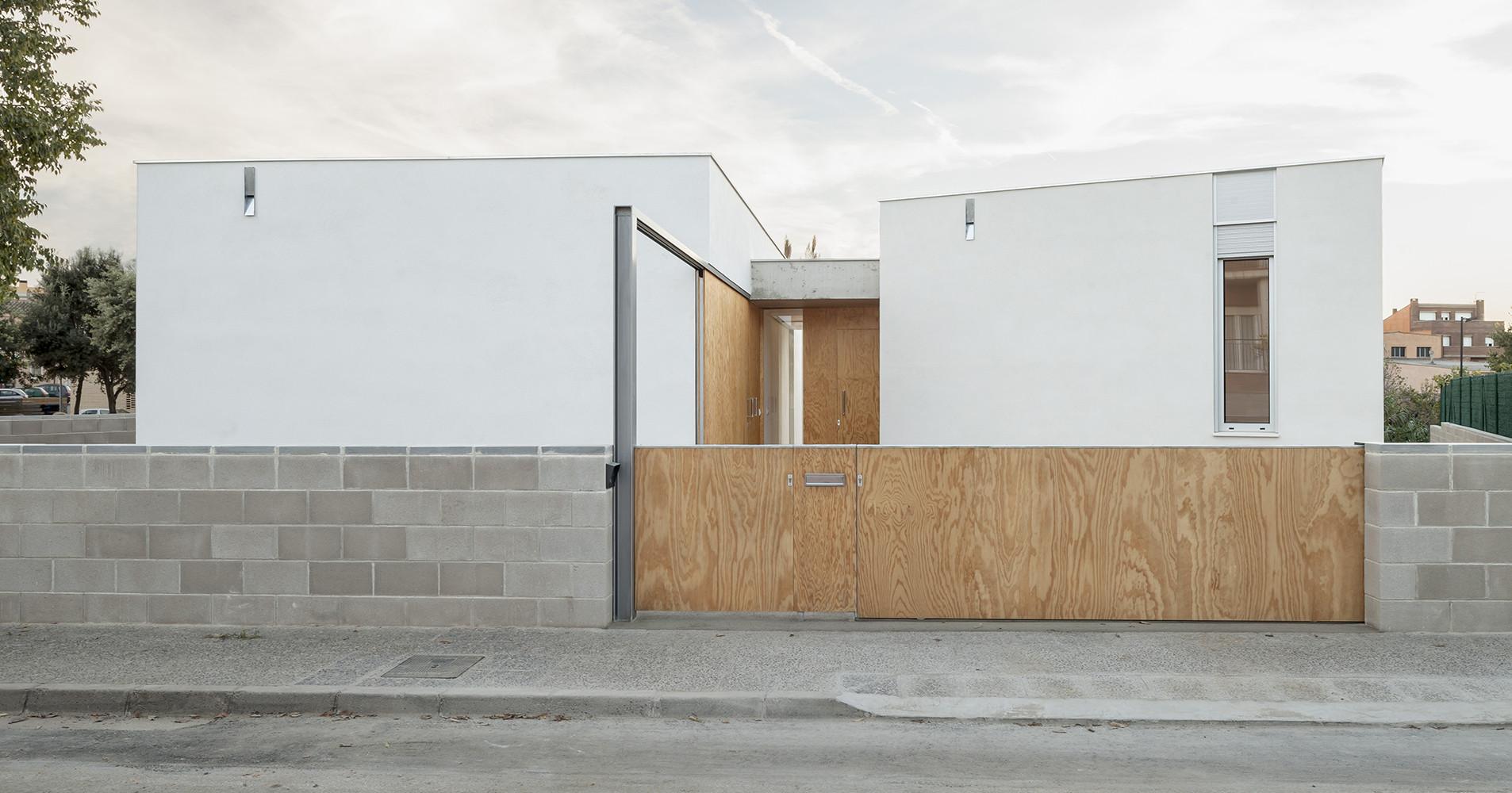 Casa en frente de un arroyo / 05 AM Arquitectura, © Adrià Goula