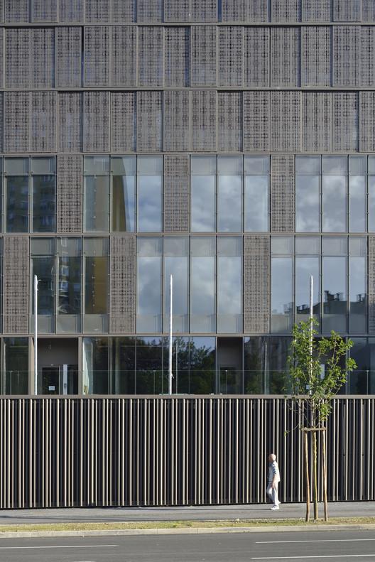 Complejo de viviendas y oficinas Situla / Bevk Perovic, © Miran Kambic