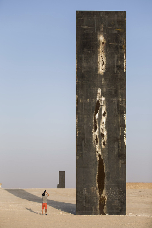 "Richard Serra's East-West/West-East Rises in the Qatari Desert , ""East-West/West-East"" / Richard Serra. Image © Nelson Garrido"