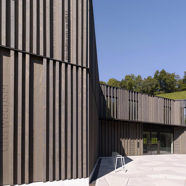 Biblioteca, Biblioteca de Jogos e Administração Municipal em Spiez / bauzeit architekten, © Yves André
