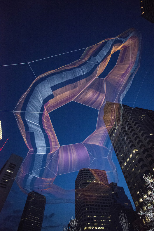'As if it were already here': Janet Echelman suspende una escultura aérea sobre el Greenway de Boston, © Peter Vanderwarker