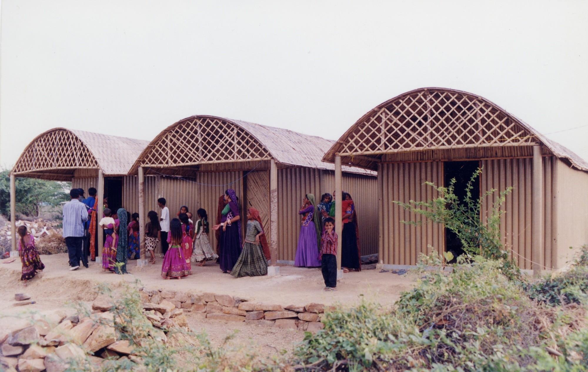Shigeru Ban lanza campaña para construir refugios de emergencia en Nepal, Vivienda permanente de papel diseñada por Shigeru Ban en India. Image © Kartikeya Shodhan