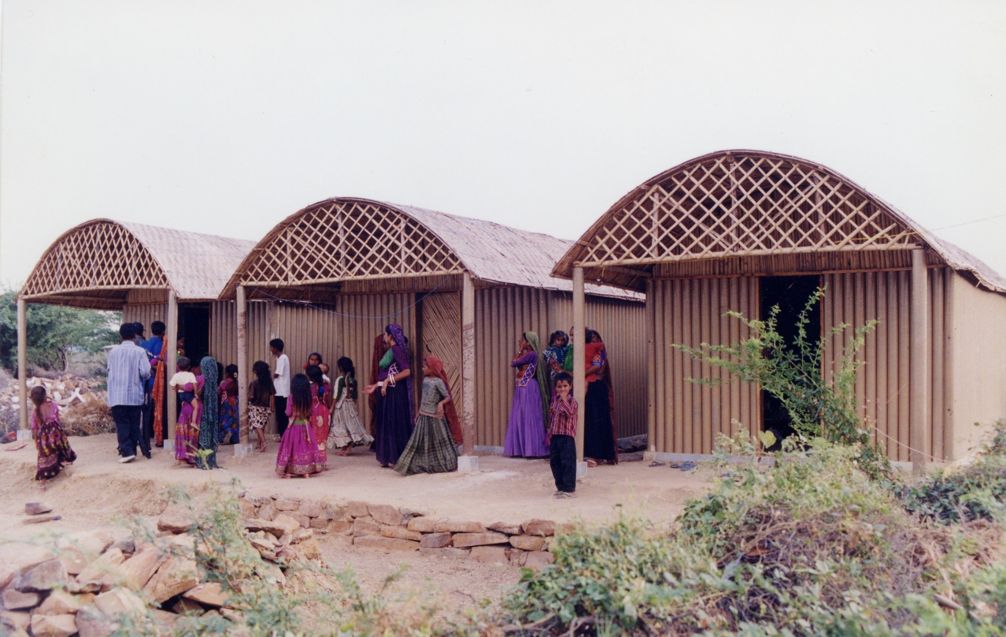 Shigeru Ban lança campanha para construir abrigos emergenciais no Nepal, Habitações permanentes na Índia feitas de tubos de papelão. Image © Kartikeya Shodhan