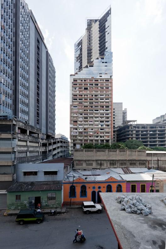 Até no verão passado, a Torre David foi o lar de uma comunidade, cujo modelo habitação auto-organizado cativou o mundo. Imagem © Iwan Baan