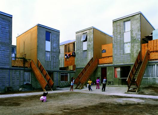 Casas Quinta Monroy do Elemental no Chile tornaram-se-imagem do cartaz para uma arquitetura ativista da América Latina. Imagem © Cristóbal Palma
