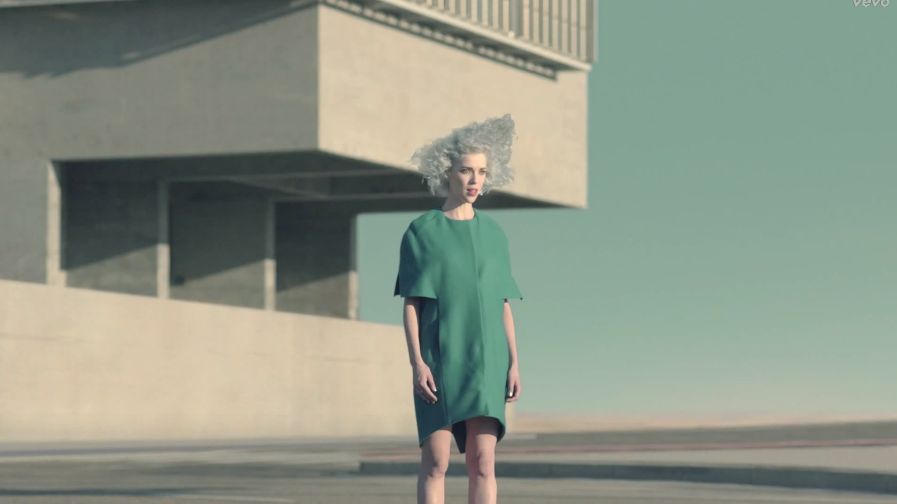 "Paisagem urbana surrealista no vídeo ""Digital Witness"" de St. Vincent, por Chino Moya"