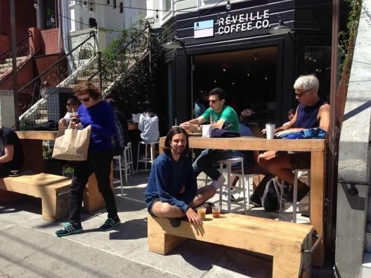 Frente do Reveiville Café em San Francisco. Fonte: Streets Blog. Imagem via PURB