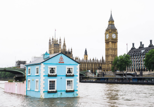 Casa flotante de Airbnb en el río Támesis. Imagen cortesía de Airbnb