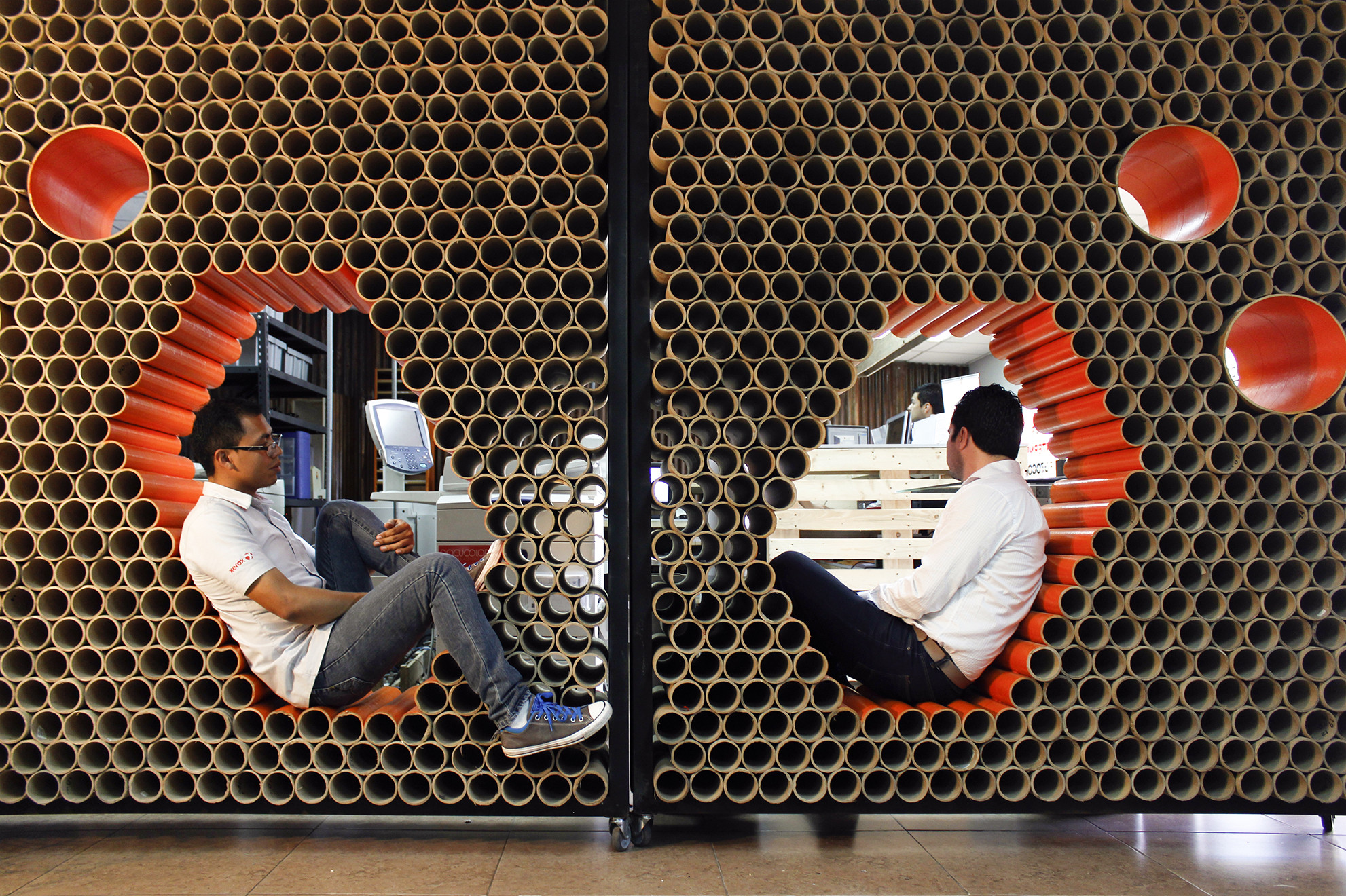 Reutilización de materiales en Guatemala: muro + mobiliario formado por 1600 tubos de cartón, © Werner Solorzano