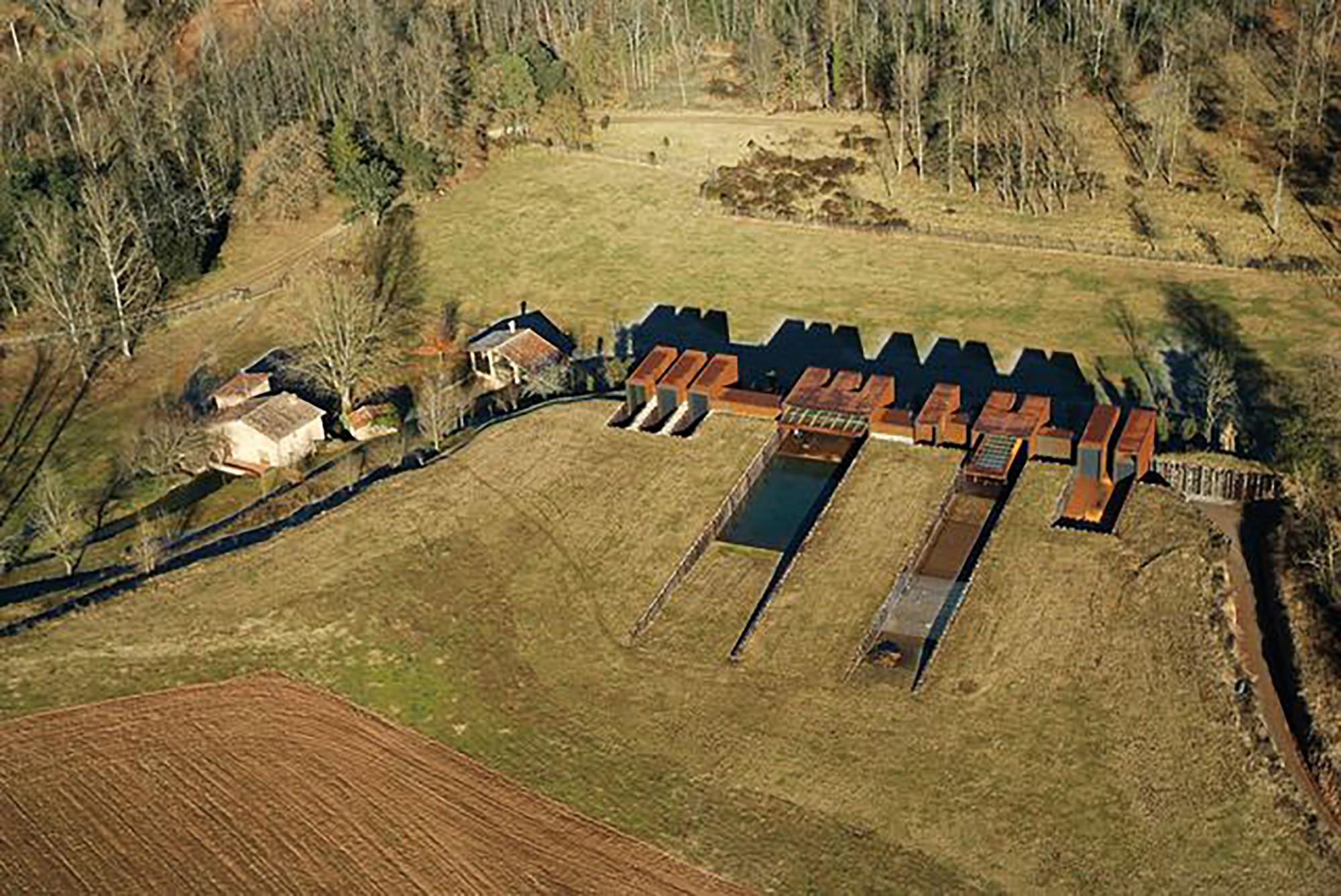 Galeria de casa rural rcr arquitectes 2 for Casa rural mansion terraplen seis