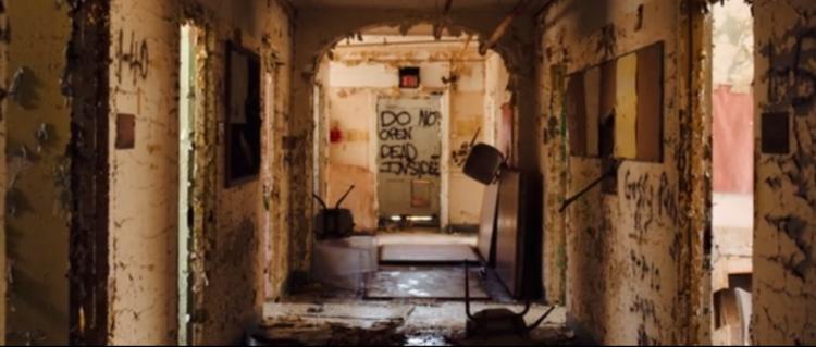 Este vídeo de um asilo abandonado vai pirar sua cabeça, Captura de tela do vídeo do interior do asilo