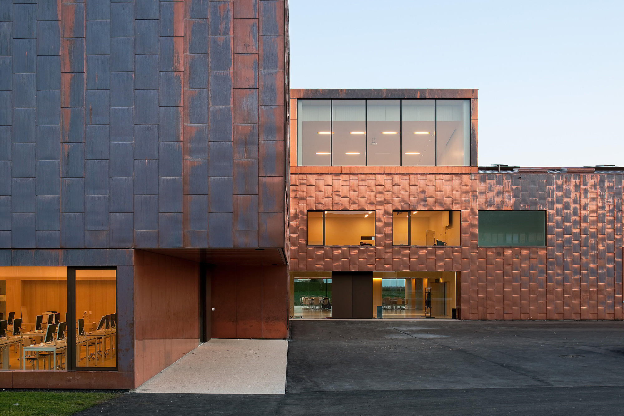 Salón deportivo multiuso y escuela secundaria Collège du Léman / Graeme Mann & Patricia Capua Mann, © Thomas Jantscher