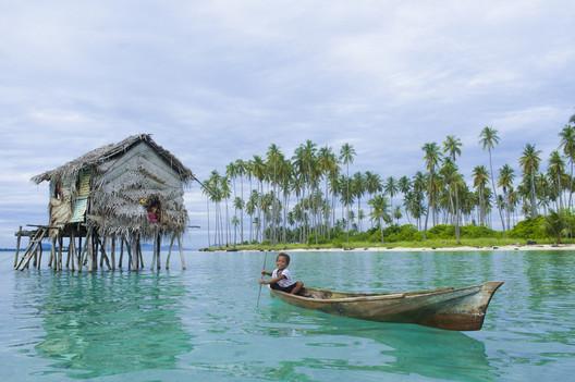 Criança Badjao remando próximo a costa. Imagem © idome via Shutterstock