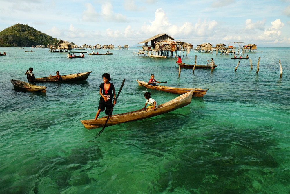 5 Architectural Secrets of the Badjao: 21st Century Sea People, Badjao children practicing rowing. Image © Mohd Khairil Majid via Shutterstock