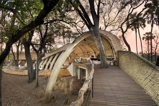 Lodge Sandibe en Okavango / Nicholas Plewman Architects in Association with Michaelis Boyd Associates