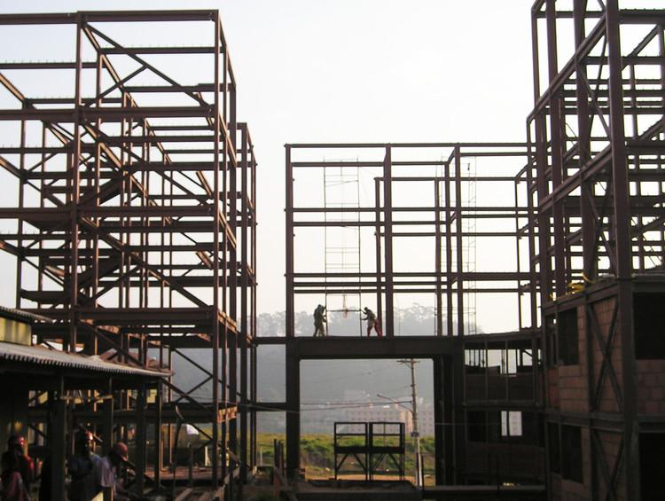 USINA 25 anos - Mutirão Paulo Freire, Montagem da estrutura metálica. Image Cortesia de USINA CTAH