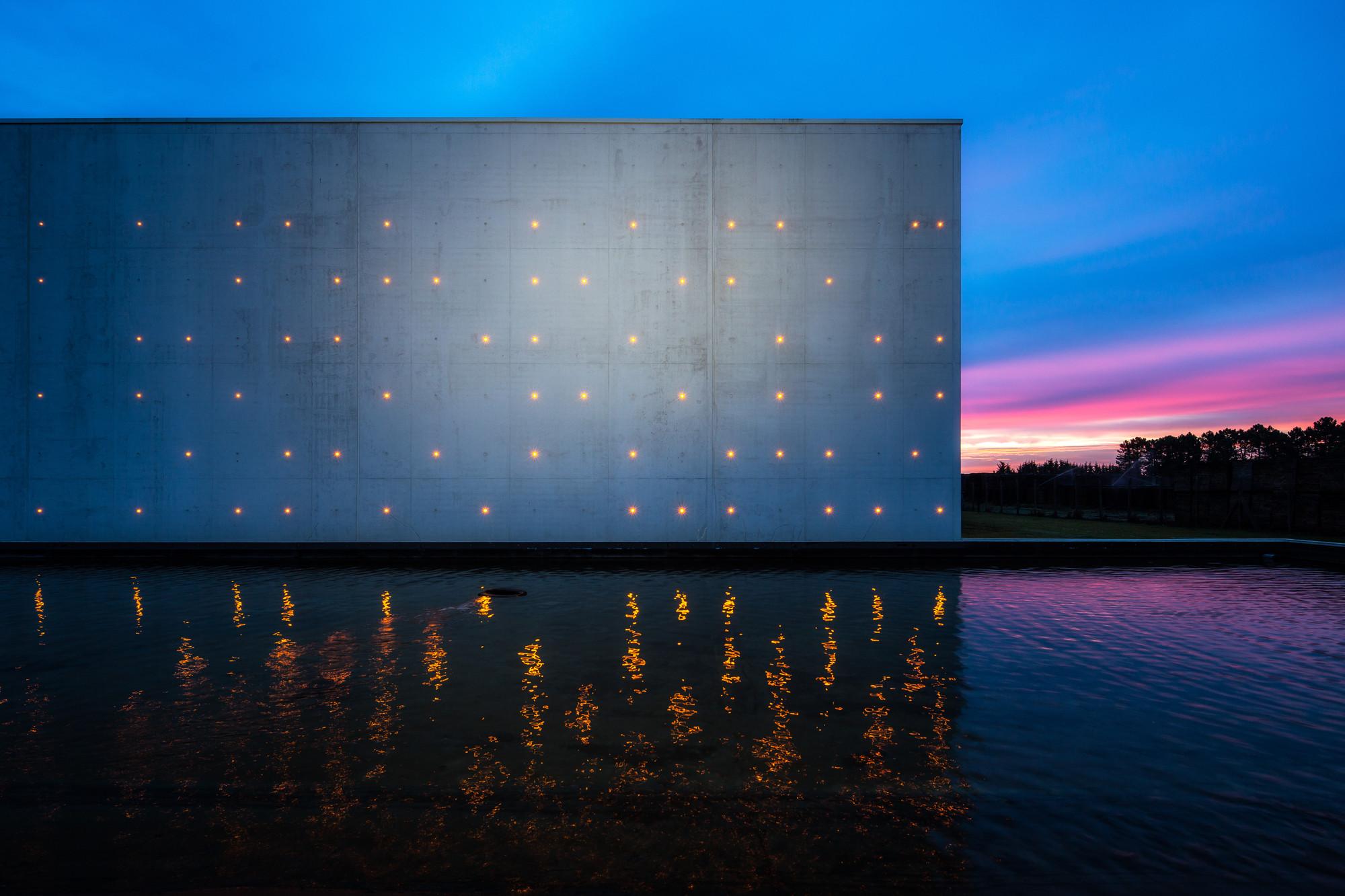 Le Chai Ballande, puntillismo de luces en la fachada de una bodega de vinos, © Arthur Pequin