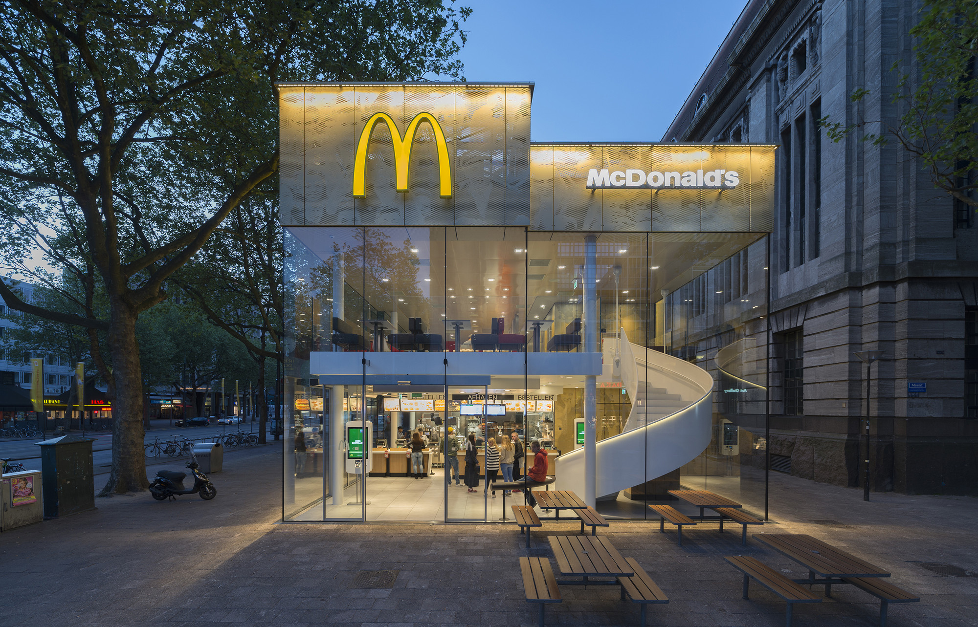 Pabellón McDonald's en Coolsingel / mei architects and planners