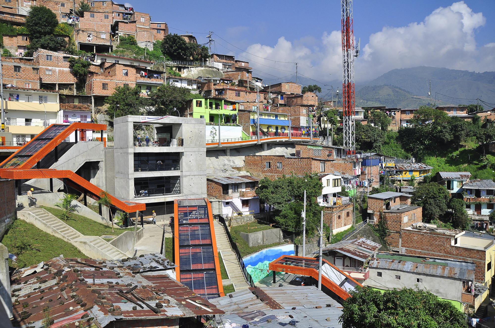 Gustavo Restrepo: El urbanismo puede acorralar al narcotráfico, Metrocable en el barrio Las Independencias de Medellín. Image vía Embarq Brasil [Flickr CC]