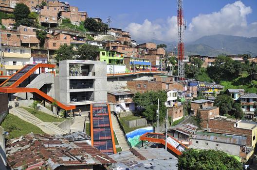 Metrocable no barrio Las Independencias, Medellín. Imagem via Embarq Brasil [Flickr CC]