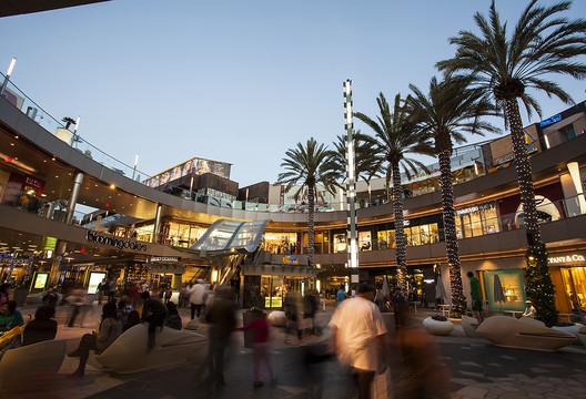 El centro comercial Santa Monica Place, que gracias a la sostenibilidad de su transformación ha recibido la certificación LEED. Image Cortesía de Macerich (Creative Commons)