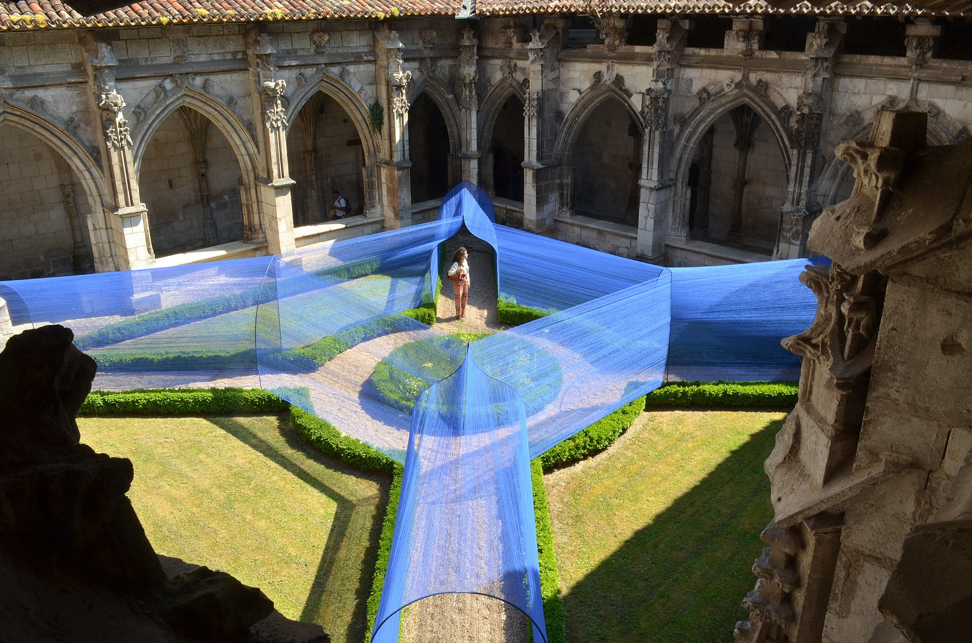Atelier YokYok Designs an Enchanting String Installation in Cahors, Installation in Courtyard. Image Courtesy of Atelier YokYok + Ulysse Lacoste