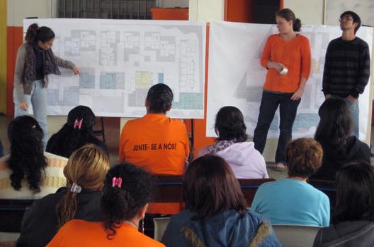 Apresentação do projeto para as famílias. Image © USINA CTAH