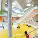 The New Ergolding Secondary School / Behnisch Architekten & Architekturbüro Leinhäupl + Neuber. Image © David Matthiessen