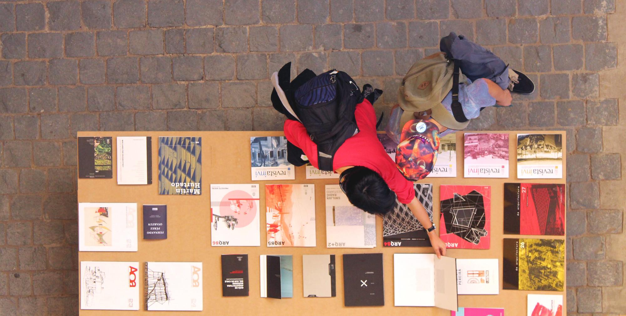 Crítica, opinión y concientización: XIX Bienal de Chile presenta sus seis publicaciones premiadas, Muestra de publicaciones en XIX Bienal de Arquitectura y Urbanismo. Image Cortesia de paulamonroy