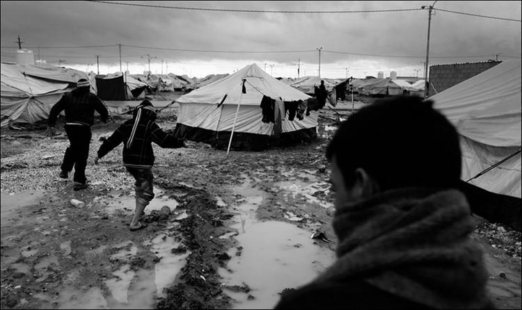 Condiciones inseguras de vida en campamento para refugiados. Imagen cortesía de Emergency Floor
