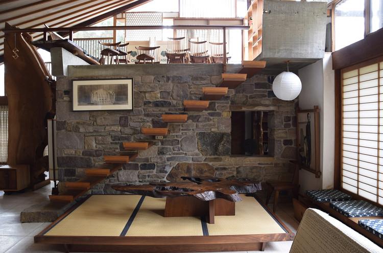 Vista interior: escaleras en voladizo y altillo. Imagen © César Bargues Ballester