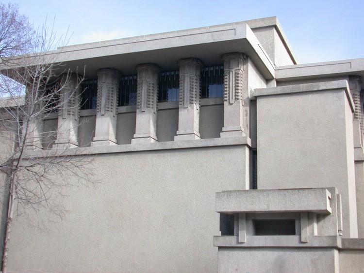 Fachada oeste de Unity Temple con pilares de hormigón estilizados. Imagen cortesía de The Unity Temple Restoration Foundation