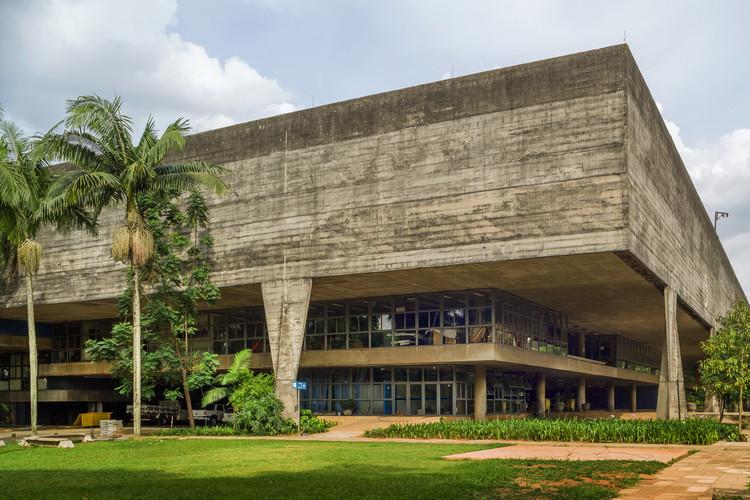 Esquina suroeste de la fachada principal. Imagen © Nelson Kon