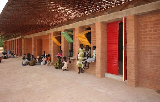 Kéré Architecture (Burkina Faso): Gando Secondary School, 2013 Foto: Erik-Jan Ouwerkerk