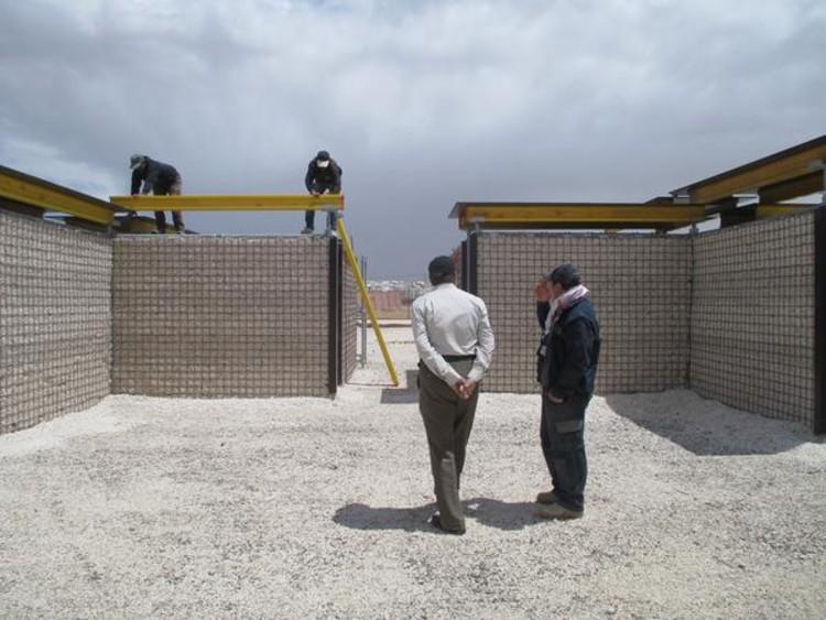 RE:BUILD: cómo construir un refugio de emergencia con andamios y materiales locales, Cortesía de  Pilosio Building Peace