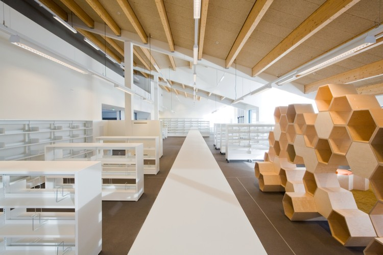New public library zoersel omgeving architecture archdaily - Bibliotheek balances ...