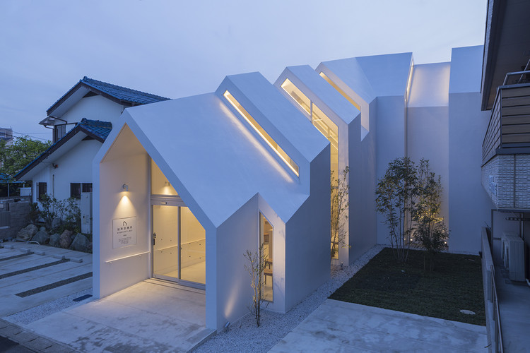 Asahicho clinic hkl studio archdaily for Home architects near me
