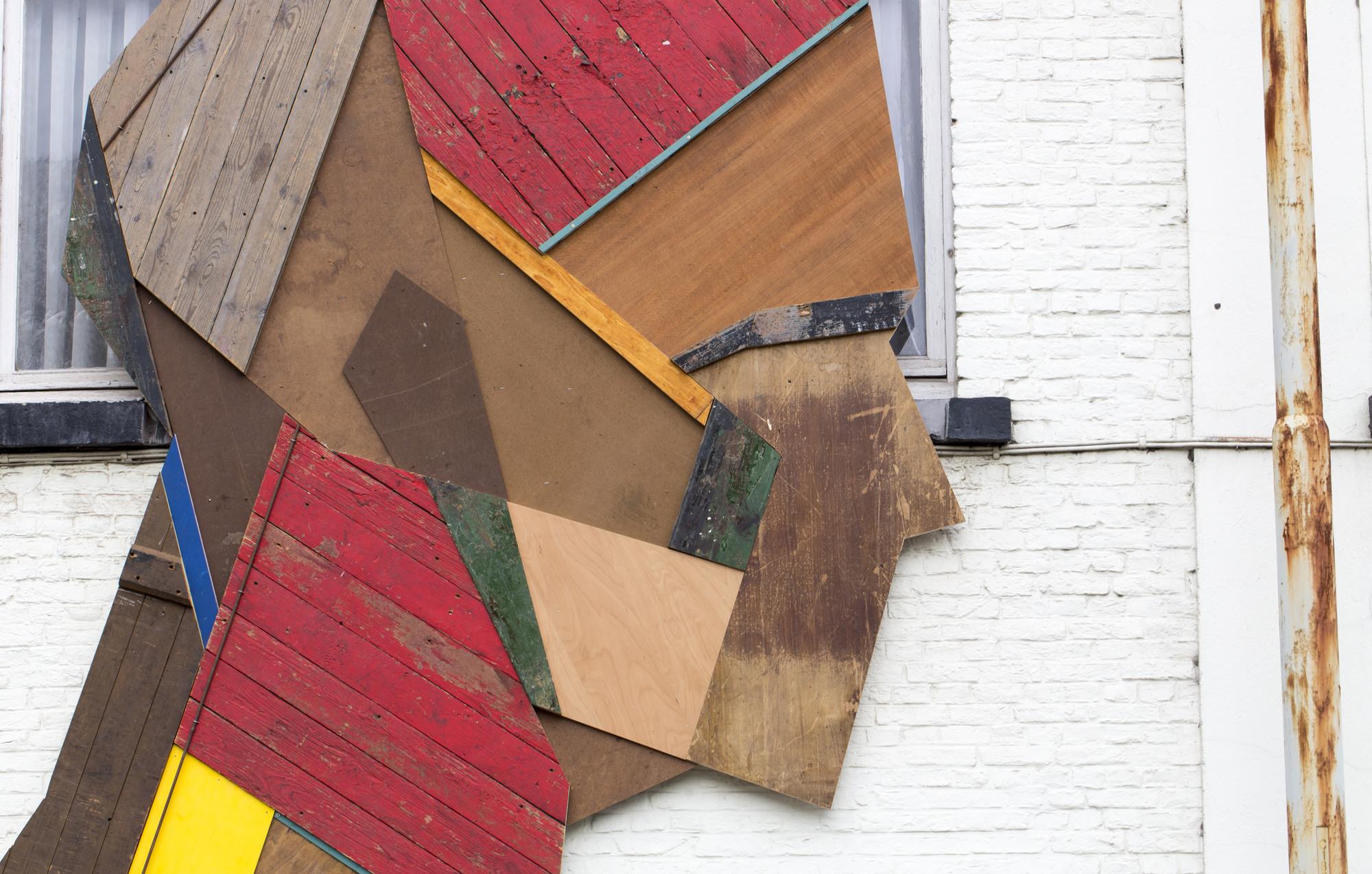 Galer a de strook crea coloridos murales callejeros con madera reciclada 4 - Murales de madera ...