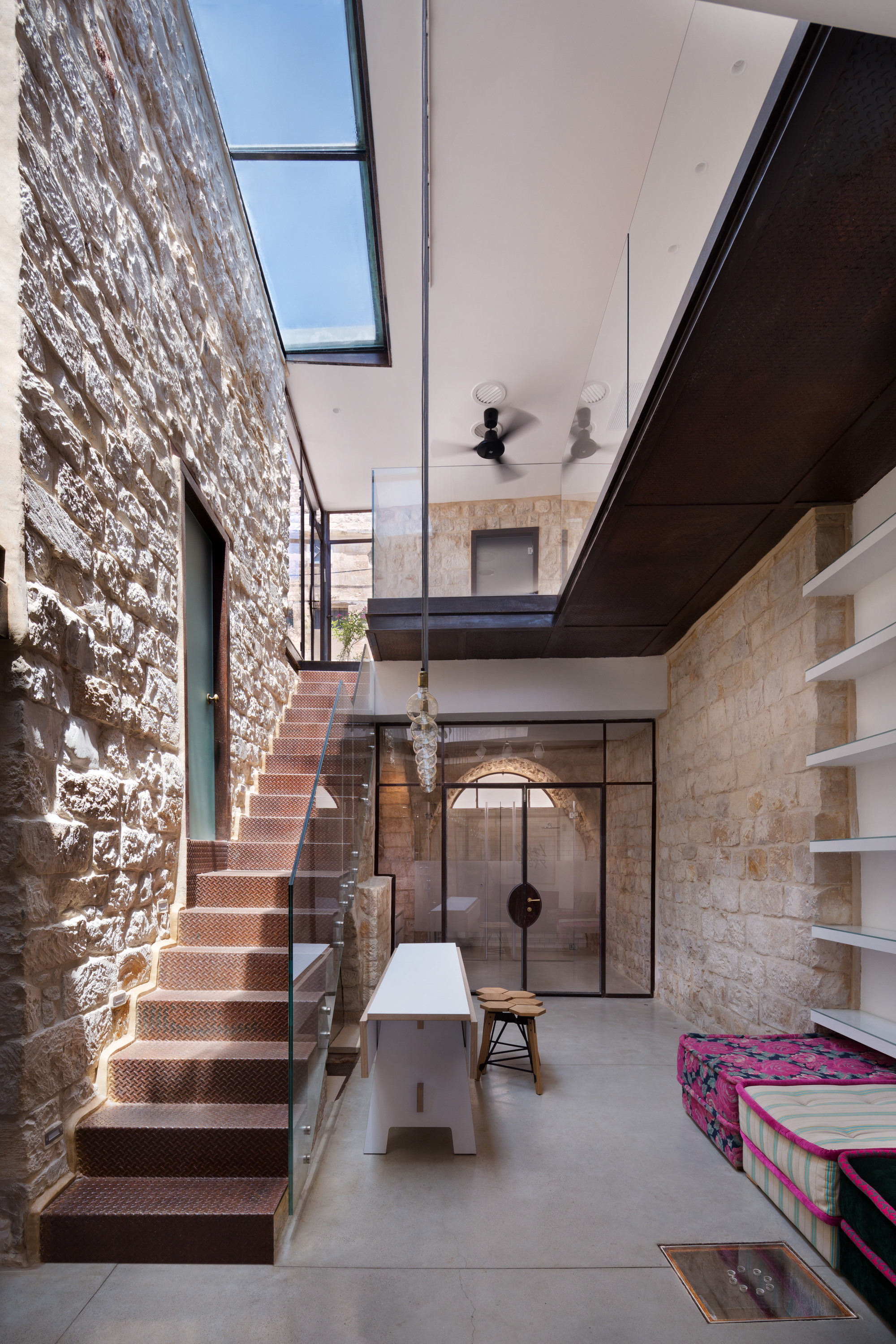 Casa vertical de pedra henkin shavit architecture for Design casa