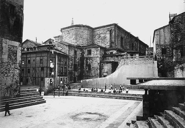 España: Centenar de arquitectos salen a la defensa de obra diseñada por Luis Peña Ganchegui, Plaza de La Trinidad. Image Cortesia de Archivo Peña Ganchegui