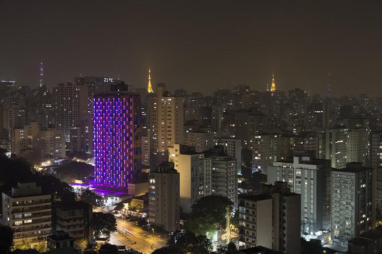 Estudio Guto Requena crea una interactiva fachada de luz en un hotel de Sao Paulo, © Andre Klotz