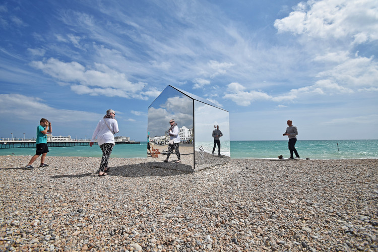 Mirrored Beach Hut / ECE Architecture + Creative Forager, © Mark Sephton