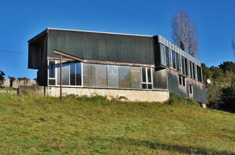 Ponen a la venta Casa de Cobre 1, obra de Smiljan Radic en Chile, Casa de Cobre 1. Image vía Chiloé Propiedades