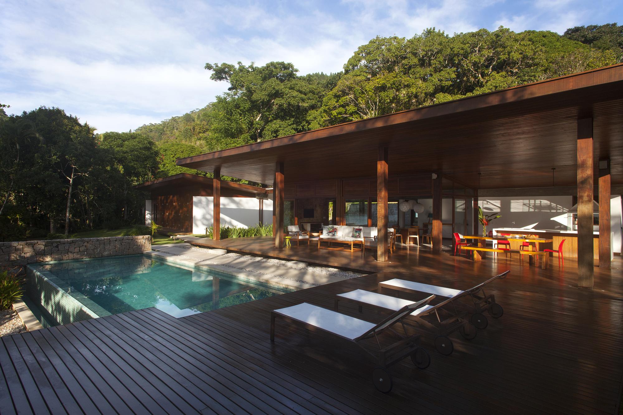 Casa en Flamengo / Gebara Conde Sinisgalli Arquitetos
