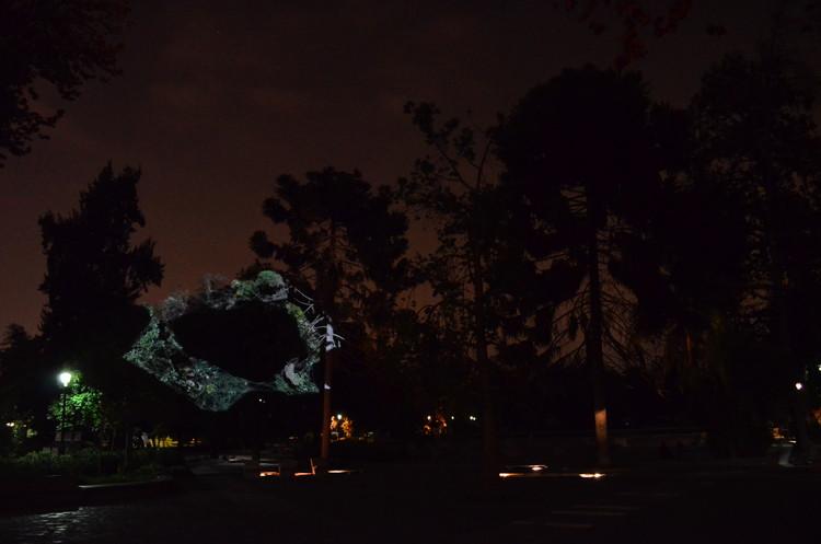 Confabulación Pajarística, videomapping sobre los árboles del Parque Quinta Normal por Delight Lab, Cortesía de Delight Lab
