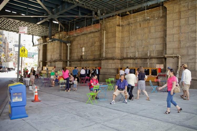 Seis propostas para recuperar os espaços perdidos sob uma rodovia de Nova York, © Design for Public Space, vía Facebook.
